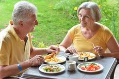 Старшие пары есть завтрак стоковое изображение rf