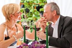 Старшие пары есть обедающий в ресторане Стоковые Изображения