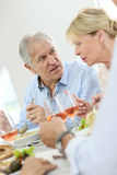 Старшие пары есть обедающий и обсуждая стоковые изображения