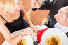Старшие пары есть обедающий Стоковое фото RF