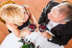 Старшие пары есть обедающий Стоковая Фотография RF