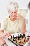 Старшие пары играя шахмат стоковые фотографии rf