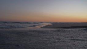 Старшие пары идя вдоль побережья видеоматериал