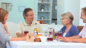 Старшие пары имея обедающий совместно видеоматериал