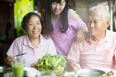Старшие пары и дочь наслаждаясь горячими баками Стоковое Изображение