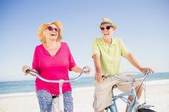 Старшие пары идя для езды велосипеда Стоковое Фото