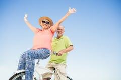 Старшие пары идя для езды велосипеда Стоковые Изображения
