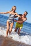 Старшие пары наслаждаясь праздником пляжа Стоковое фото RF