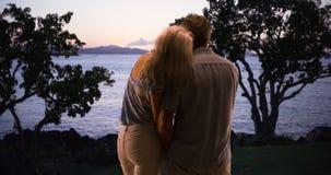 Старшие пары наслаждаясь большим outdoors совместно и наблюдая заход солнца Стоковые Фото