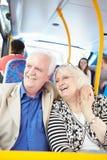 Старшие пары наслаждаясь путешествием на шине Стоковое Изображение