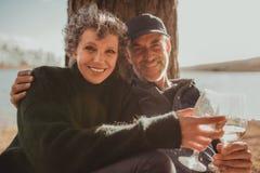 Старшие пары наслаждаясь располагаясь лагерем праздником Стоковое фото RF