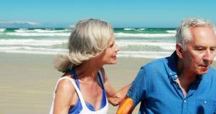Старшие пары наслаждаясь совместно на пляже акции видеоматериалы