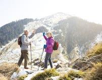 старшие пары на горе Стоковое Изображение