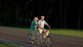 Старшие пары на езде bike страны акции видеоматериалы