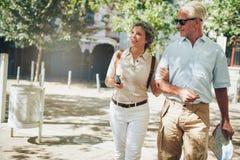 Старшие пары на каникулах стоковые изображения
