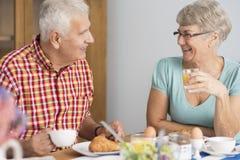 Старшие пары на кухне Стоковые Изображения