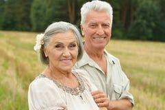Старшие пары на поле лета Стоковая Фотография