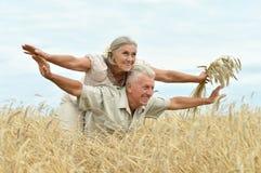 Старшие пары на поле лета Стоковое Фото