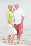 Старшие пары на пляже Стоковая Фотография