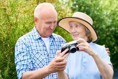 Старшие пары на семейном отдыхе стоковая фотография rf