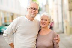 Старшие пары на улице города стоковые изображения