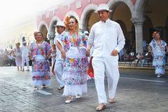 Старшие пары на фольклорных костюмах стоковое фото rf