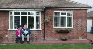 Старшие пары ослабляя в саде видеоматериал