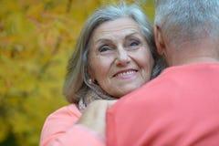Старшие пары ослабляют в парке осени стоковые фото