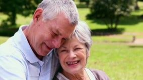 Старшие пары ослабляя в парке совместно акции видеоматериалы