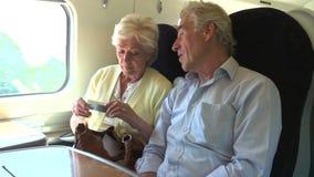 Старшие пары ослабляя на поездке на поезде видеоматериал