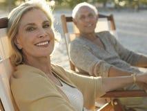 Старшие пары ослабляя на тропическом пляже Стоковое фото RF