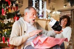 Старшие пары перед рождественской елкой с изумлёнными взглядами VR Стоковое Изображение RF