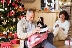 Старшие пары перед рождественской елкой с изумлёнными взглядами VR Стоковые Фото