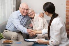 Старшие пары планируя их вклады стоковое изображение rf