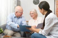 Старшие пары планируя их вклады стоковые фотографии rf