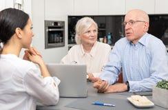 Старшие пары планируя их вклады стоковая фотография rf