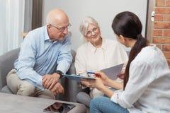 Старшие пары планируя их вклады стоковые фото