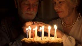 Старшие пары празднуют с тортом дома Старший человек делая предложение руки и сердца с обручальным кольцом видеоматериал