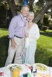 Старшие пары празднуя день рождения Стоковые Изображения