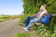 Старшие пары принимая пролом пока Стоковое Фото