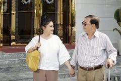 Старшие пары приходя к гостинице стоковые фото