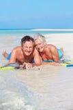 Старшие пары при шноркели наслаждаясь праздником пляжа Стоковые Изображения RF