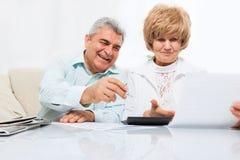 Старшие пары прочитали бумажное письмо, счастливую улыбку Стоковые Изображения RF