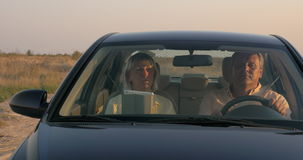 Старшие пары путешествуя автомобилем в сельской местности сток-видео