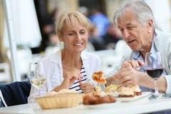 Старшие пары путешествуя и пробуя местная испанская еда стоковая фотография