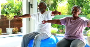 Старшие пары работая с гантелью дома сток-видео