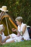 Старшие пары располагаясь лагерем в шатре стоковые фото