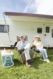 Старшие пары сидят вне дома RV Стоковое фото RF