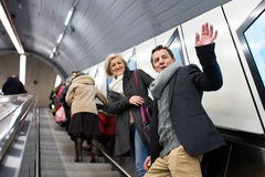 Старшие пары стоя на эскалаторе в метро вены Стоковое Изображение