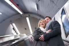 Старшие пары стоя на эскалаторе в метро вены Стоковая Фотография